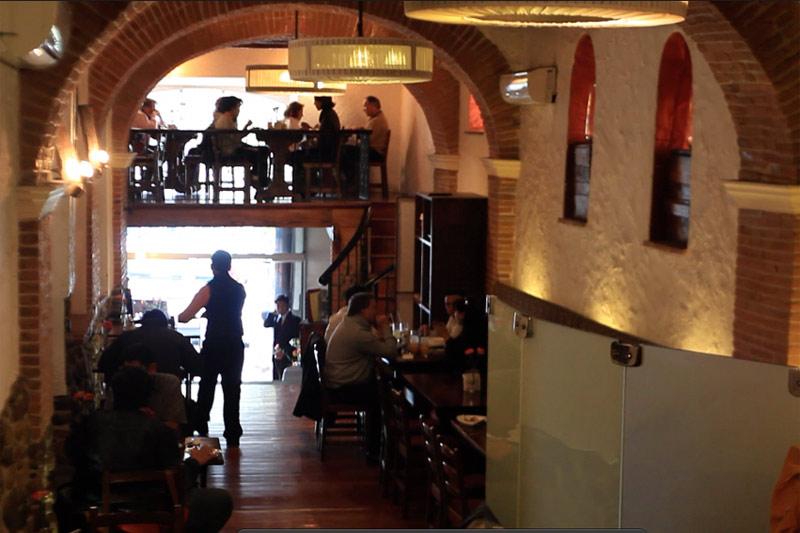 ランチは目抜き通りのきれいなレストランで。