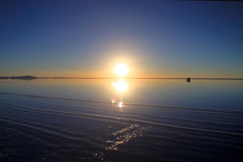 夕日が地面に反射する