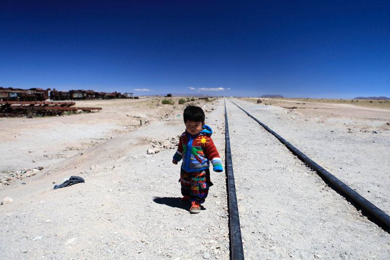 今は使われない線路が地平線まで一直線に