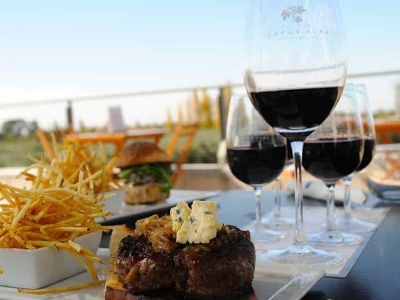 ワイナリーではワインはもちろん、食事も楽しめます。