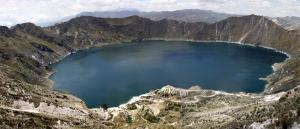 アンデスに浮かぶコバルトブルーのクレーター湖