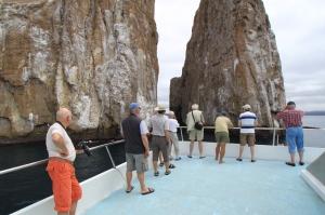 レオン・ドルミード近影。岩の間にハンマーヘッドが泳いでいる。