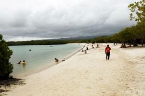 ビーチの先には地元民で賑わう海水浴場も