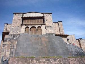 インカの美しい石組みの土台にスペインの教会が乗っています。