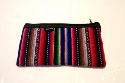 財布。ヌエボ・ソルやらドルやらボリビアーノといった紙幣を分けられるポケット付き。