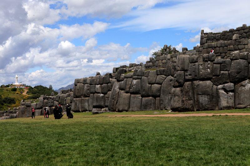 インカの遺跡に並ぶ巨大ジーザス像