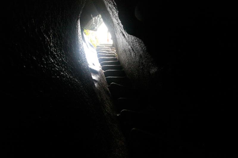 ワイナピチュ遺跡入口。しっぽりと濡れた岩の通路を、身を屈めながら抜け出る擬似出産体験ができる。 ここまで来れば苦労は報われる。