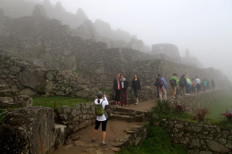 インカの遺跡はまだ朝靄の中