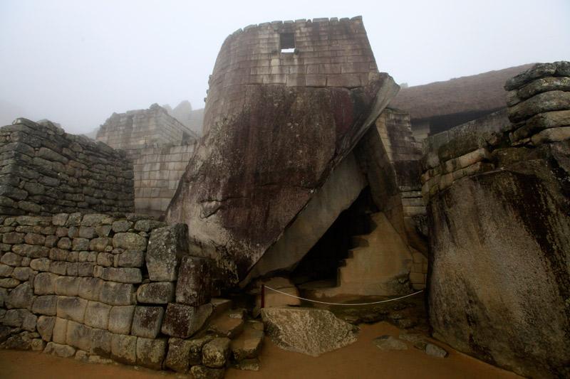 太陽の神殿、弧を描く石壁が特徴的。