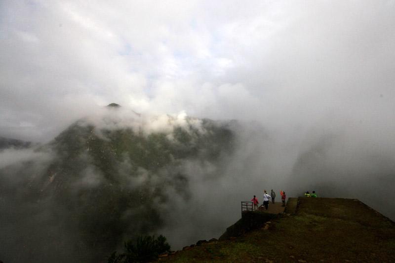 靄が少しずつ晴れていく。