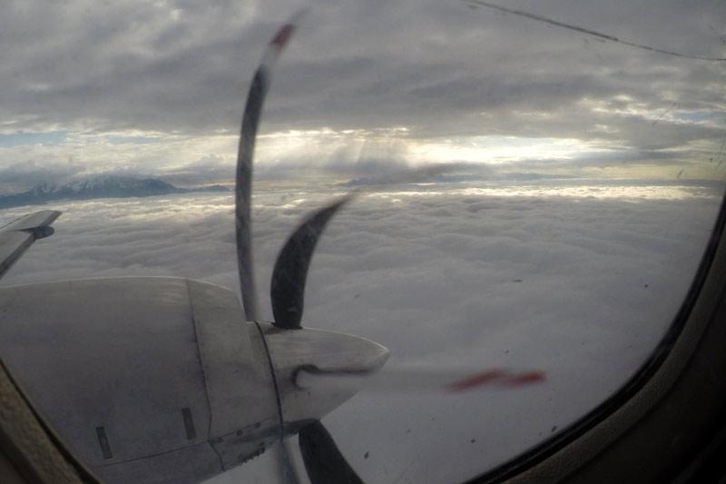 朝日が雲間から差し込む