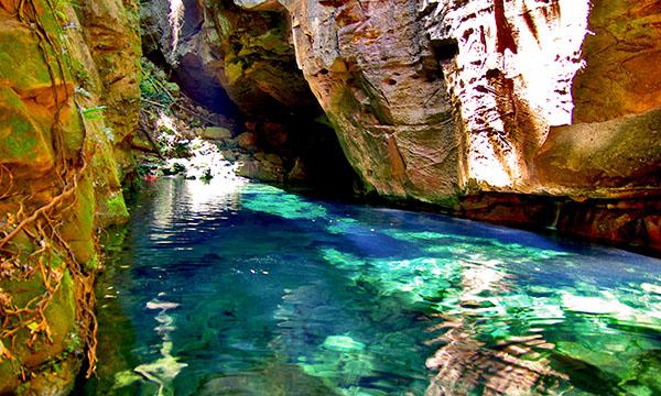 洞窟の中にある、透明度抜群の湖 Poço Azul