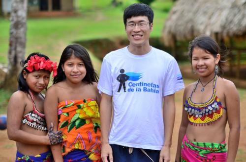 パナマの少数民族エンベラ族と写真