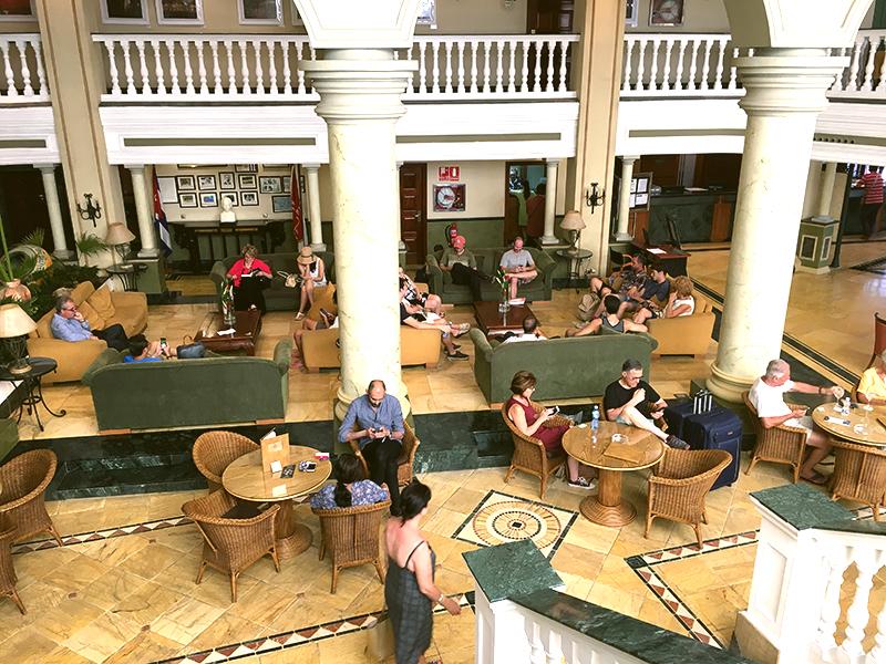 ホテルへWI-FIを使いに来る観光客